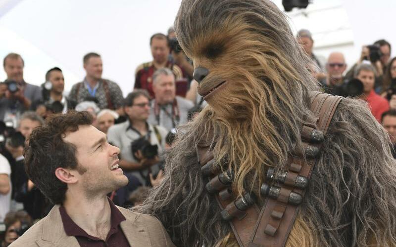 Filmfestival in Cannes - Alden Ehrenreich - Foto: Alden Ehrenreich alias Han Solo mit seinem Kumpel Chewbacca in Cannes. Foto:Joel C Ryan/Invision/AP