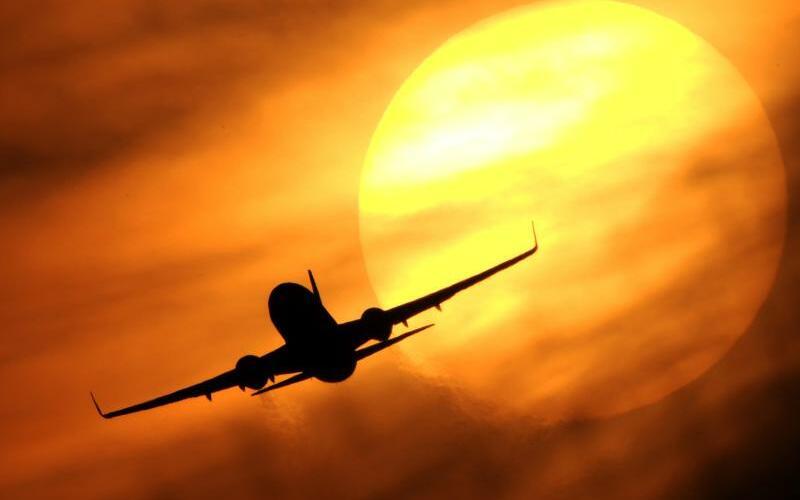 Flugzeug vor Sonne - Foto: Julian Stratenschulte