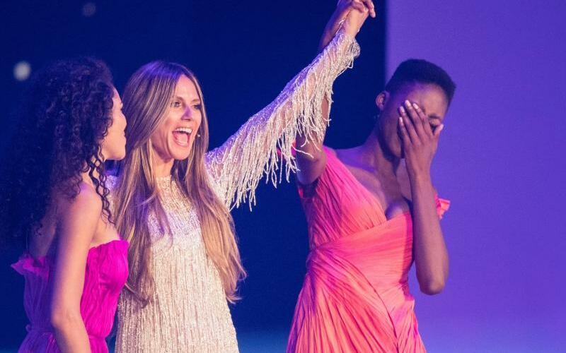 Germany's Next Topmodel - Foto: Heidi Klum gibt die Entscheidung bekannt:Toni (r) gewinnt, Juliana landet auf Platz zwei. Foto:Marcel Kusch