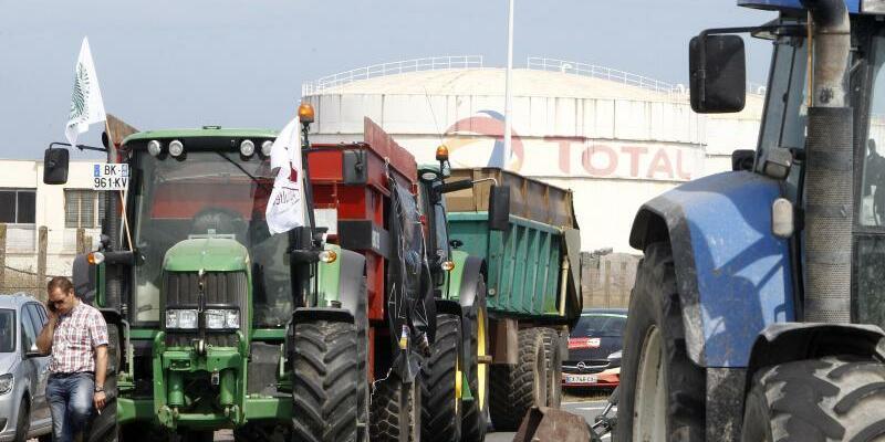 Französische Bauern - Foto: Bauern blockieren mit ihren Traktoren die Zufahrt zu einer Raffinerie des Ölkonzerns Total. Foto:Michel Spingler