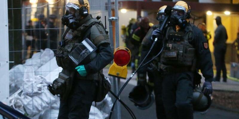 Einsatz in Chorweiler - Foto: Spezialkräfte in Schutzanzügen stürmten die Wohnung. Foto:David Young