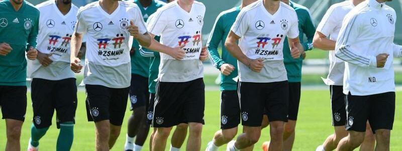 Aufgalopp - Foto: Die deutschen Nationalspieler lockern sich beim Training mit leichtem Jogging auf. Foto:Ina Fassbender