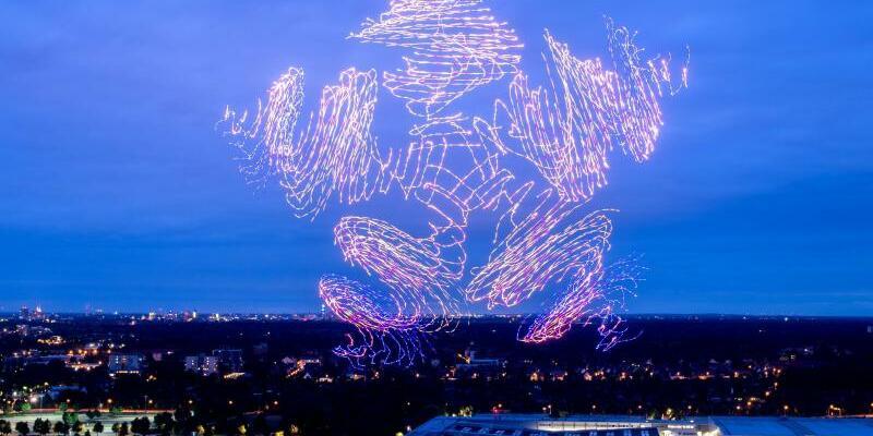 Cebit 2018 - Foto: 300 Flugdrohnen des Unternehmens Intel formen während der Digitalisierungsmesse Cebit am abendlichen Himmel über dem Messegelände einen Ster. Die Cebit erfindet sich gerade neu. Foto:Hauke-Christian Dittric