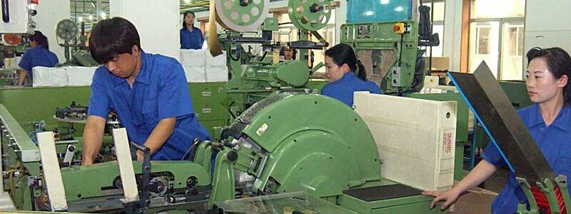 Tabakfabrik in Pjöngjang - Foto: Tabakfabrik in Pjöngjang:Das bitterarme Land ist wirtschaftlich dringend auf seinen Nachbarn China angewiesen.Foto:KCNA/Yonhap