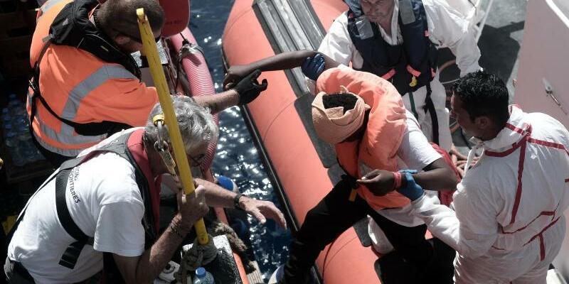 Retter im Einsatz - Foto: Kenny Karpov/SOS Mediterranee