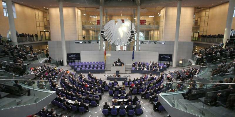Deutscher Bundestag - Foto: Mit ihrer Mehrheit wollen Union und SPD im Bundestag eine Anhebung der Parteienfinanzierung aus Steuergeldern um rund 15 Prozent von der Höchstgrenze 165 Millionen Euro auf dann 190 Millionen Euro beschließen. Foto:Michael Kappeler