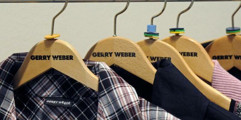 Gerry Weber - Foto: Damenmode des Damenmoden-Spezialisten Gerry Werber hängt auf Kleiderbügeln bei einer Bilanz-Pressekonferenz von Gerry Weber. Foto:Horst Ossinger