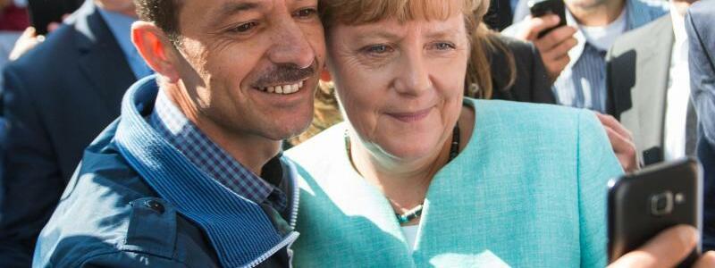 Selfie mit Flüchtling - Foto: Bernd von Jutrczenka