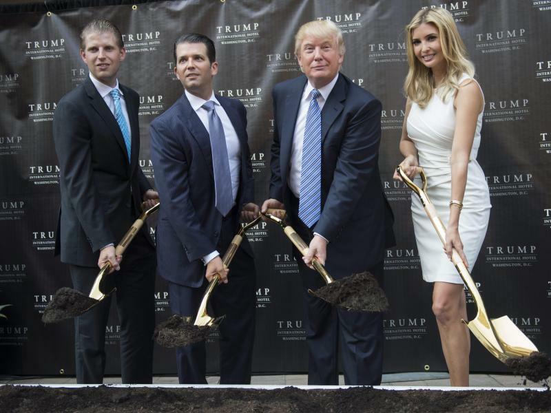 Familie Trump - Foto: Donald Trump, seine Söhne Eric (l.) und Donald Jr (2.v.l.) und Tochter Ivanka. Foto:Shawn Thew/EPA