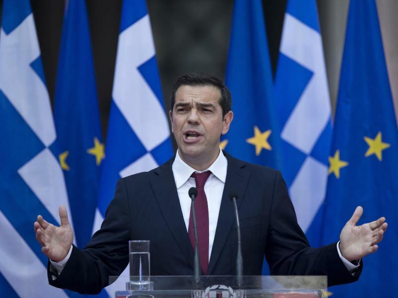 Neuer Schlips - Foto: Alexis Tsipras hat zum ersten Mal, seit er griechischer Regierungschef ist, eine Krawatte umgebunden. Er hatte auf dem Höhepunkt der Finanzkrise dem Matteo Renzi und Jean-Claude Juncker versprochen, eine Krawatte umzubinden, sobald sein Land aus der Krise