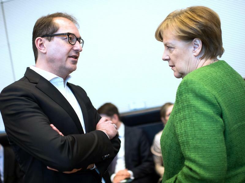Alexander Dobrindt und Angela Merkel - Foto: Bernd von Jutrczenka/Archiv