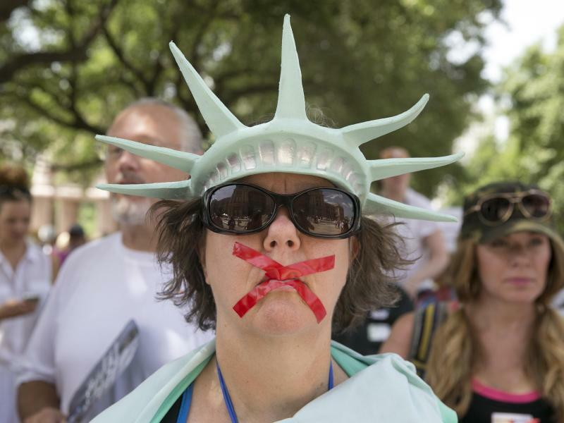 Unfreiheitsstatue - Foto: Zehntausende Menschen sind am Samstag in Dutzenden US-Städten auf die Straße gegangen, um gegen Donald Trumps Einwanderungspolitik zu demonstrieren. Unter dem Motto «Families belong together» protestierten die Menschen vor allem gegen das Trennen von Flüc