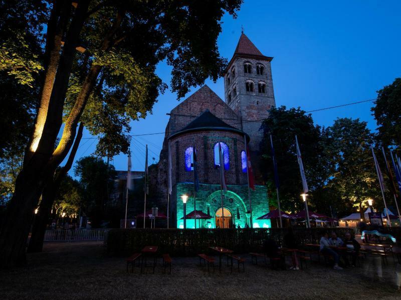 Bad Hersfelder Festspiele - Foto: Bunt beleuchtet war die Stiftsruine während der Premierenvorstellung. Foto:Swen Pförtner