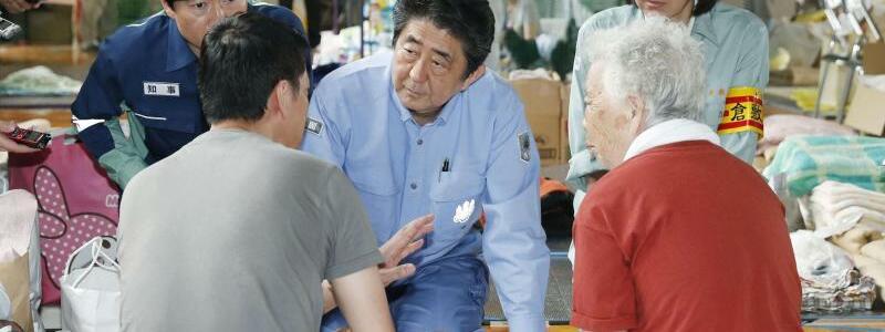 Shinzo Abe besucht Überschwemmungsregion - Foto: Shohei Miyano/Kyodo News/AP