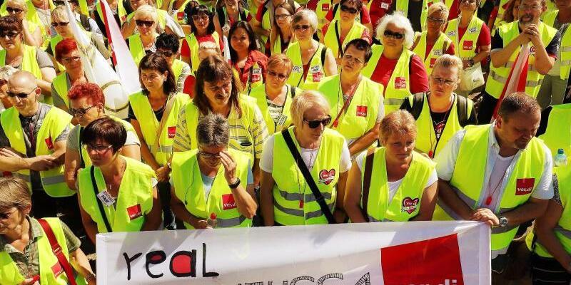 Real-Beschäftige streiken - Foto: David Young