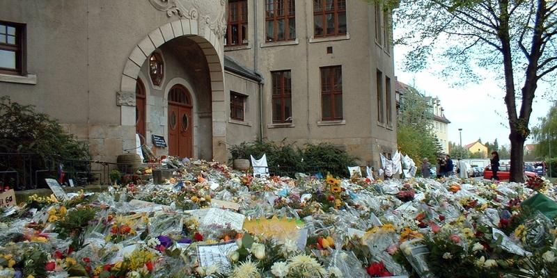 Blumenmeer vor dem Gutenberg-Gymnasium in Erfurt 2002 - Foto: über dts Nachrichtenagentur