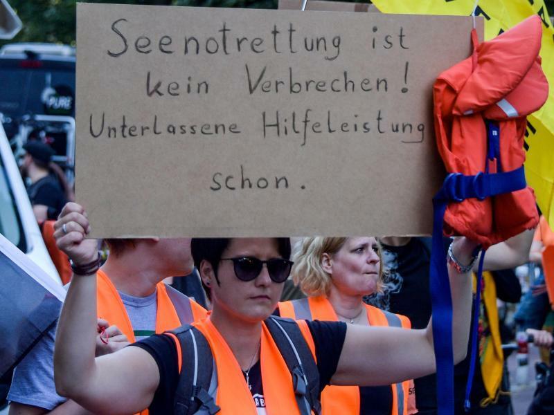 Demo für die Seenotrettung von Flüchtlingen in Hamburg - Foto: Axel Heimken