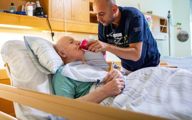 Altenpfleger Ferdi Cebi - Foto: Guido Kirchner
