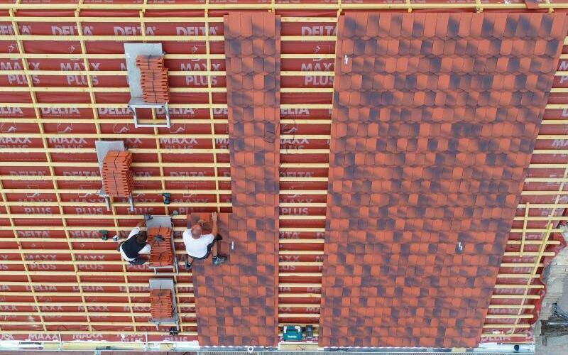 Dachdecker bei der Arbeit - Foto: Patrick Pleul