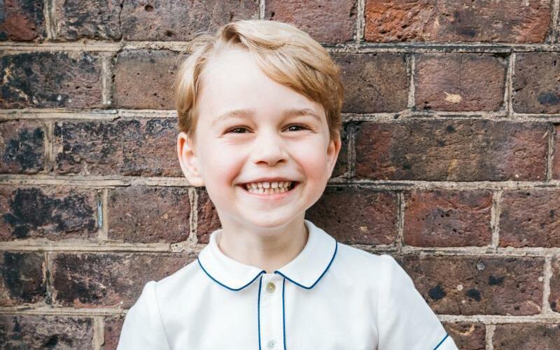 5. Geburtstag von Prinz George - Foto: Prinz George nach der Taufe seines Bruders Prinz Louis im Garten des Clarence House. Foto:mMatt Porteous/Press Association Images/