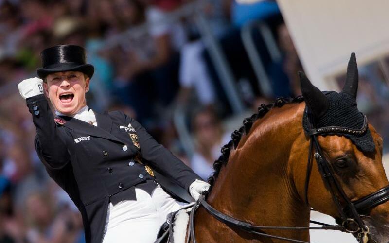 Jubel - Foto: Isabell Werth feiert ihren Sieg mit Emilio. Foto:Rolf Vennenbernd