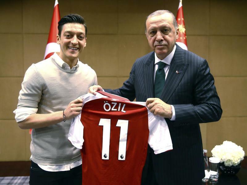 Özil und Erdogan - Foto: Uncredited/Pool Presdential Press Service/AP
