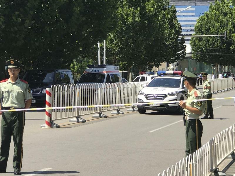 Sprengsatz vor US-Botschaft in Peking explodiert - Foto: Andy Wong/AP
