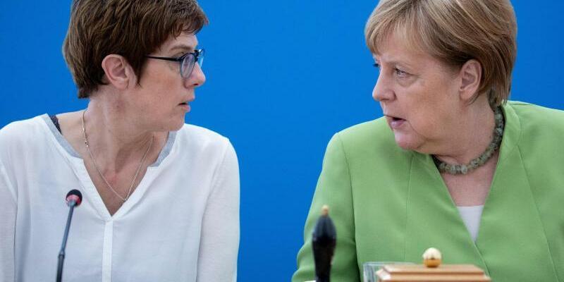 Kramp-Karrenbauer und Merkel - Foto: Kay Nietfeld