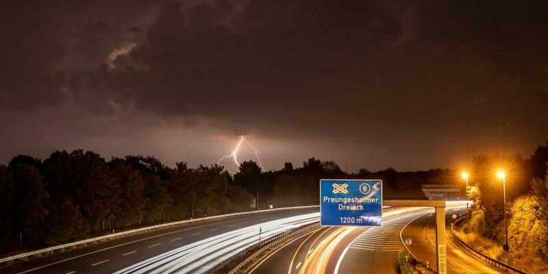 Blitze über der Autobahn - Foto: Frank Rumpenhorst