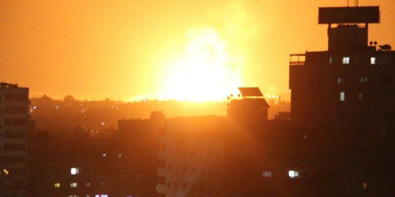 Luftangriffe auf Gaza-Stadt - Foto: Mahmoud Ajour/ZUMA Wire