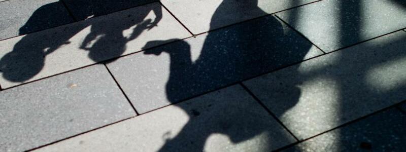 Kindergeld - Foto: Auf der Basis vom Kindergeldsatz von 194 Euro für das erste Kind fallen für die Kinder von ausländischen EU-Bürgern, die sich in Deutschland mit einer Wohnung anmelden, aber deren Nachwuchs oft gar nicht hier lebt, jeden Monat rund 50Millionen Euro an. F