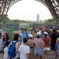 Touristen am Eiffelturm - Foto: Christian Böhmer