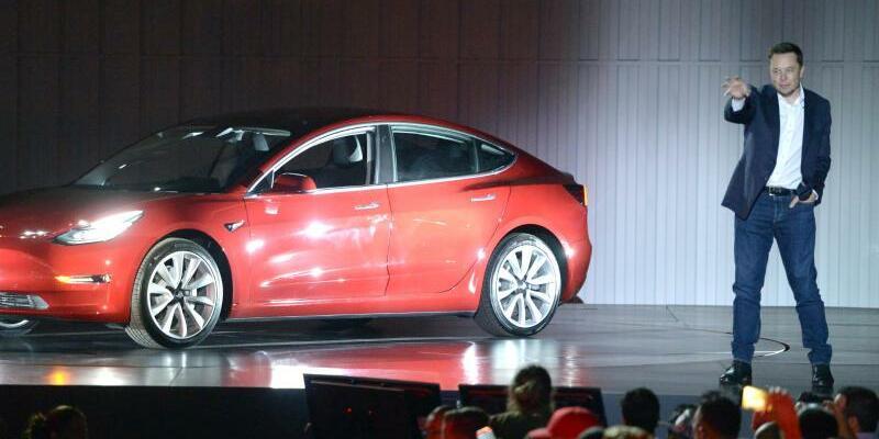 Elon Musk mit Tesla Model 3 - Foto: Andrej Sokolow