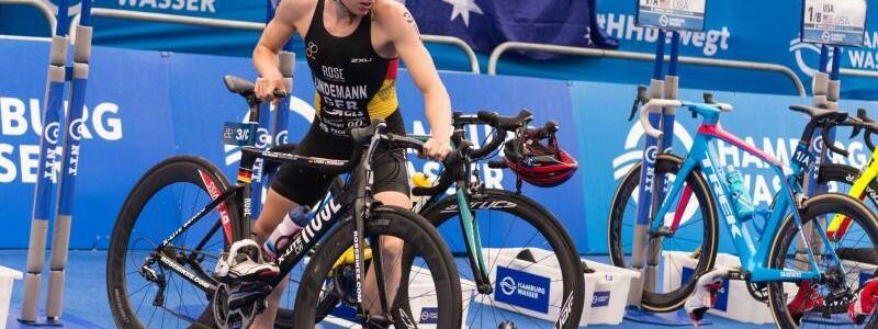 Laura Lindemann - Foto: Laura Lindemann beim Wechsel auf das Fahrrad. Sie wurde Vierte. Foto:Christophe Gateau