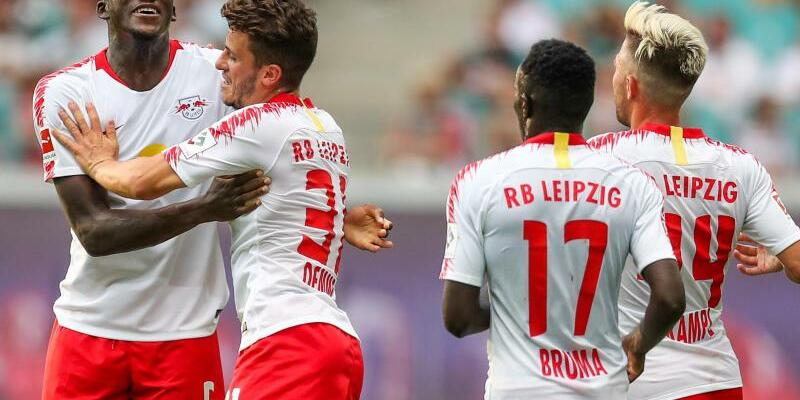 RB Leipzig - CS Universitatea Craiova - Foto: Die Leipziger feiern das Tor von Ibrahima Konaté (l). Der Bundesligaverein besiegt die Rumänen mit 3:0. Foto:Jan Woitas