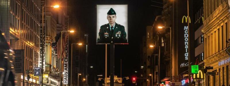 Checkpoint Charlie - Foto: Fast menschenleer ist am Abend der Checkpoint Charlie. Foto:Paul Zinken