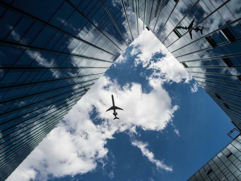 Flugzeug am Himmel - Foto: Silas Stein