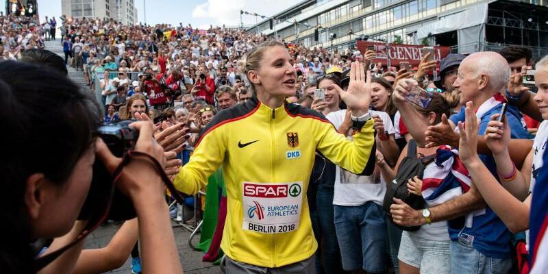 Europäische Meile - Foto: Siebenkämpferin Carolin Schäfer wird auf dem Weg zur Siegerehrung am Breitscheidplatz von den Zuschauern gefeiert. Foto:Bernd Thissen