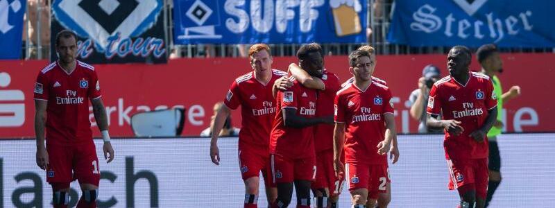 Erster Sieg - Foto: Die Spieler des Hamburger SV zeigen sich nach dem Sieg über den SV Sandhausen erleichtert. Foto:Daniel Maurer