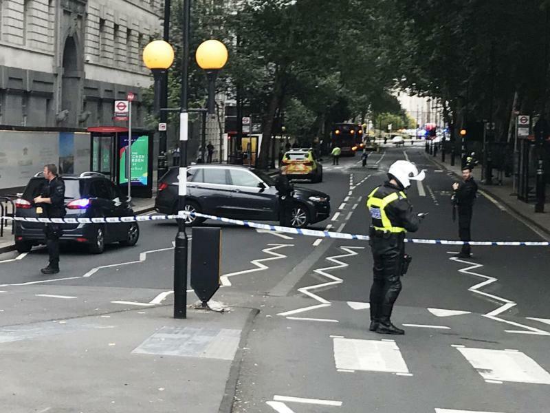 Mann fährt mit Auto in Absperrung vor Londoner Parlament - Foto: Sam Lister