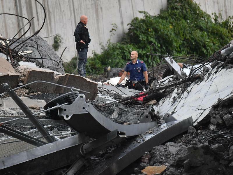 Rettungskräfte am Unglücksort - Foto: Luca Zennaro/ANSA/AP