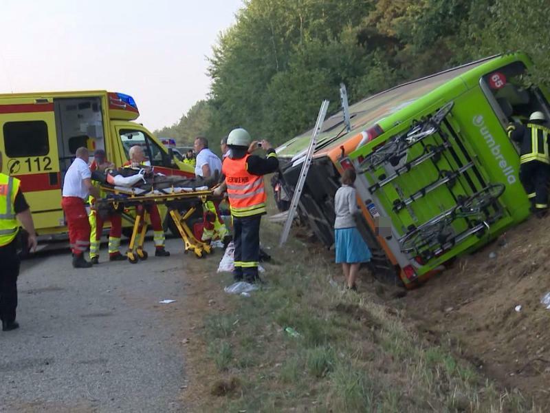 Fernbus verunglückt - Foto: NonstopNews