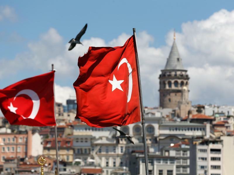 Türkische Flaggen - Foto: Lefteris Pitarakis/AP
