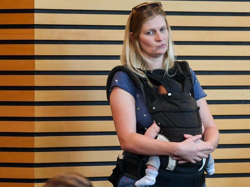 Nicht erwünscht - Foto: Rausgeflogen:Die Grünen-Abgeordnete Madeleine Henfling mit ihrem neugeborenen Baby im Thüringer Landtag. Sie war wegen des Säuglings aus dem Plenarsaal verwiesen worden. Foto:Jens Kalaene