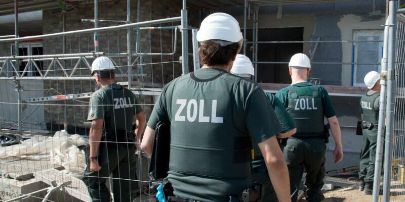 Zoll sucht nach Schwarzarbeitern - Foto: Boris Roessler/Archiv