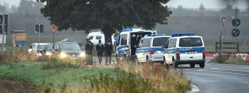 Kontrolle - Foto: Die Polizei kontrolliert auf einer Landstraße in der Nähe des Hambacher Forstes Fahrzeuge. Foto:Henning Kaiser