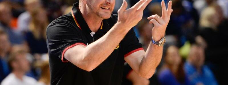 Bundestrainer - Foto: Henrik Rödl gestikuliert heftig am Spielfeldrand. Foto:Raigo Pajula