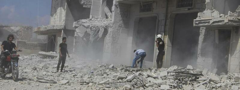 Luftangriffe in Syrien - Foto: Syrian Civil Defense White Helmets/AP