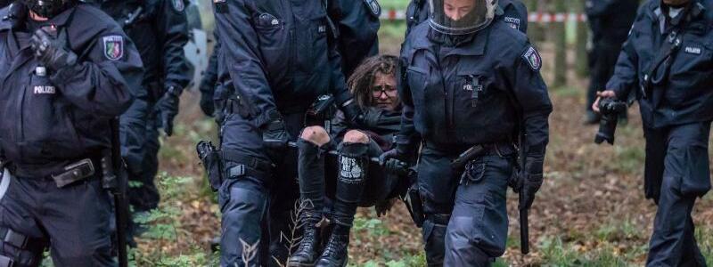 Polizisten tragen eine Umweltaktivistin weg - Foto: Christoph Reichwein