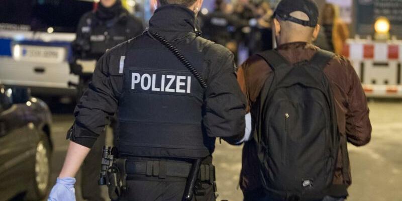 Polizeirazzia im Frankfurter Bahnhofsviertel - Foto: Boris Roessler/dpa